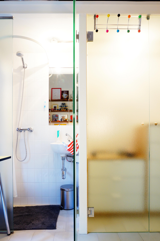 baño integrado en dormitorio de niño