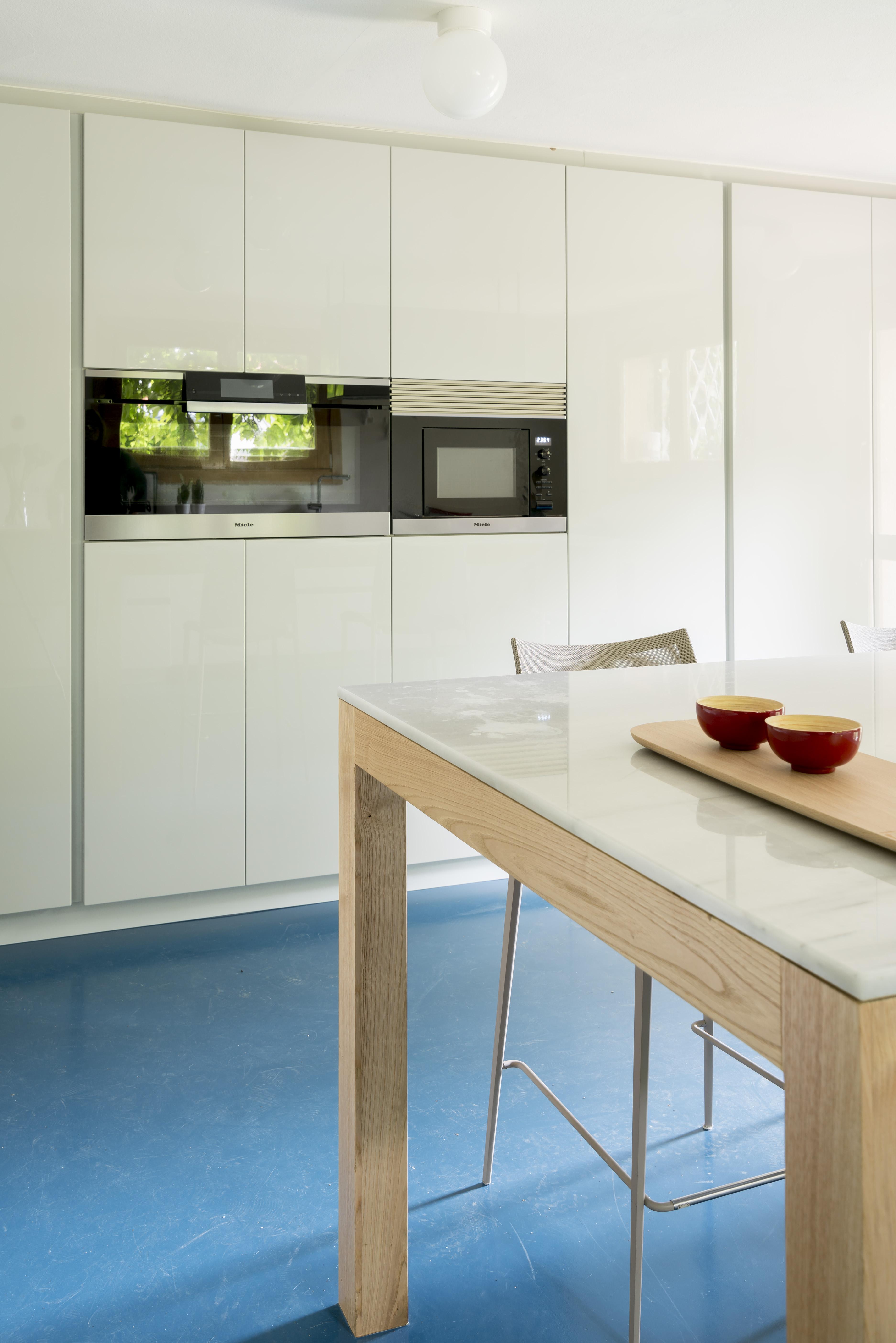 cocina pavimento microcemento azul